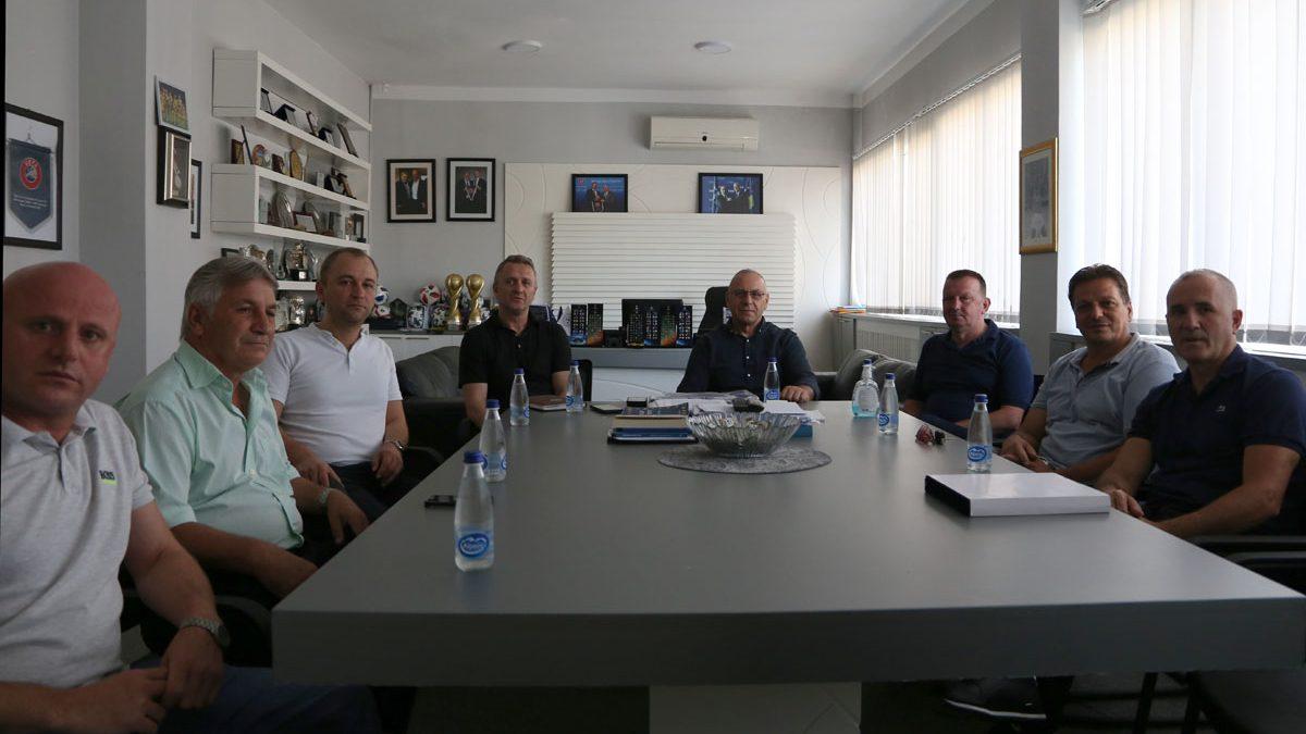 Krerët e FFK-së pritën përfaqësuesit e klubeve që u ngjitën një rang më lart për edicionin e ri
