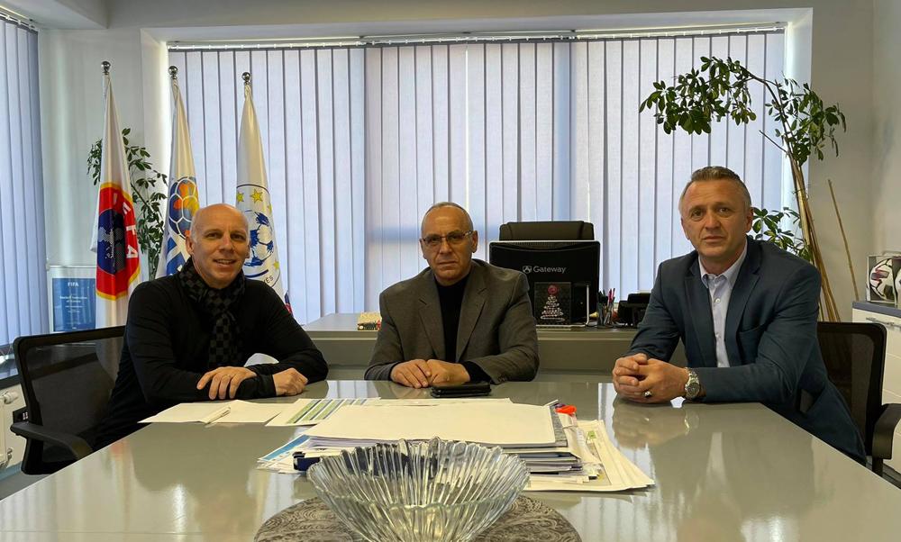 Krerët e FFK-së diskutojnë me përzgjedhësin Nees për grumbullimin e Kombëtares U21 në Katar