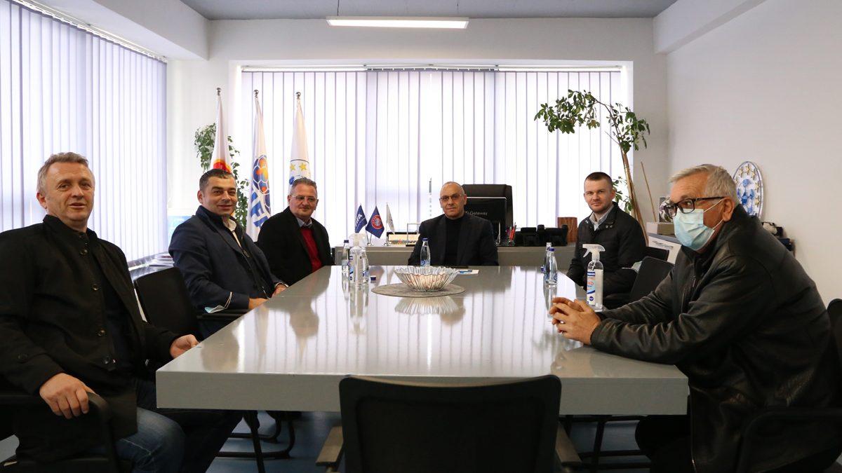 Zyrtarët e UEFA-s vizitojnë FFK-në, i japin përkrahje strategjisë së presidentit Ademi