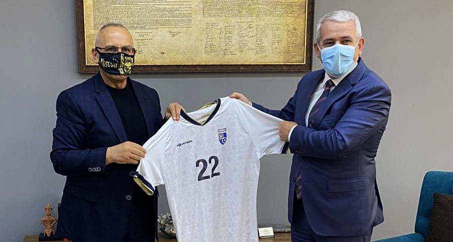 Krerët e FFK-së u pritën nga ministri Xhelal Sveçla