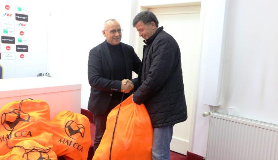 FFK-ja shpërndau topa për klubet e IPKO Superligës dhe Ligës së Parë