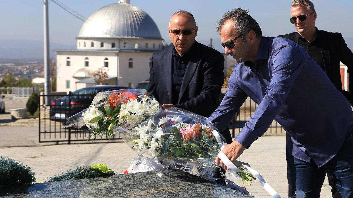 Ademi dhe Saviçeviq bëjnë homazhe te varri i legjendës, Fadil Vokrri