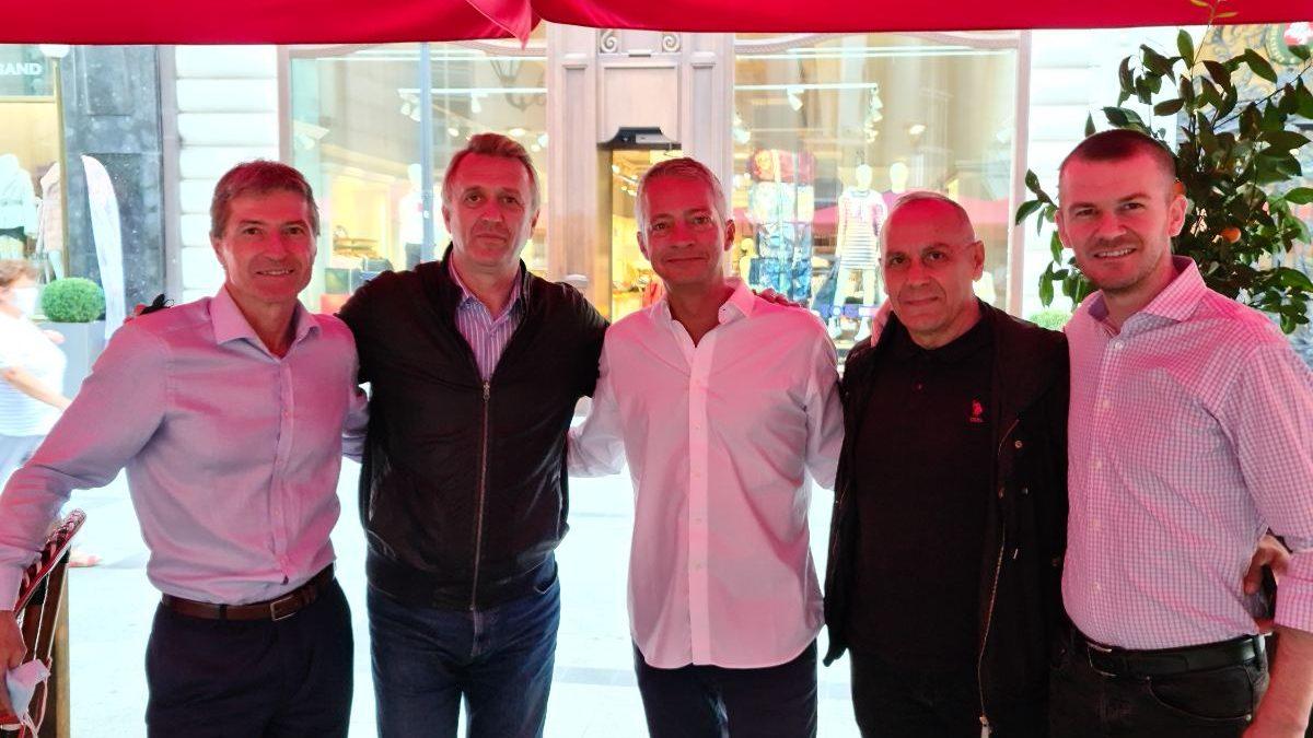 Krerët e FFK-së arrijnë në Budapest, takohen me Thierry Favre