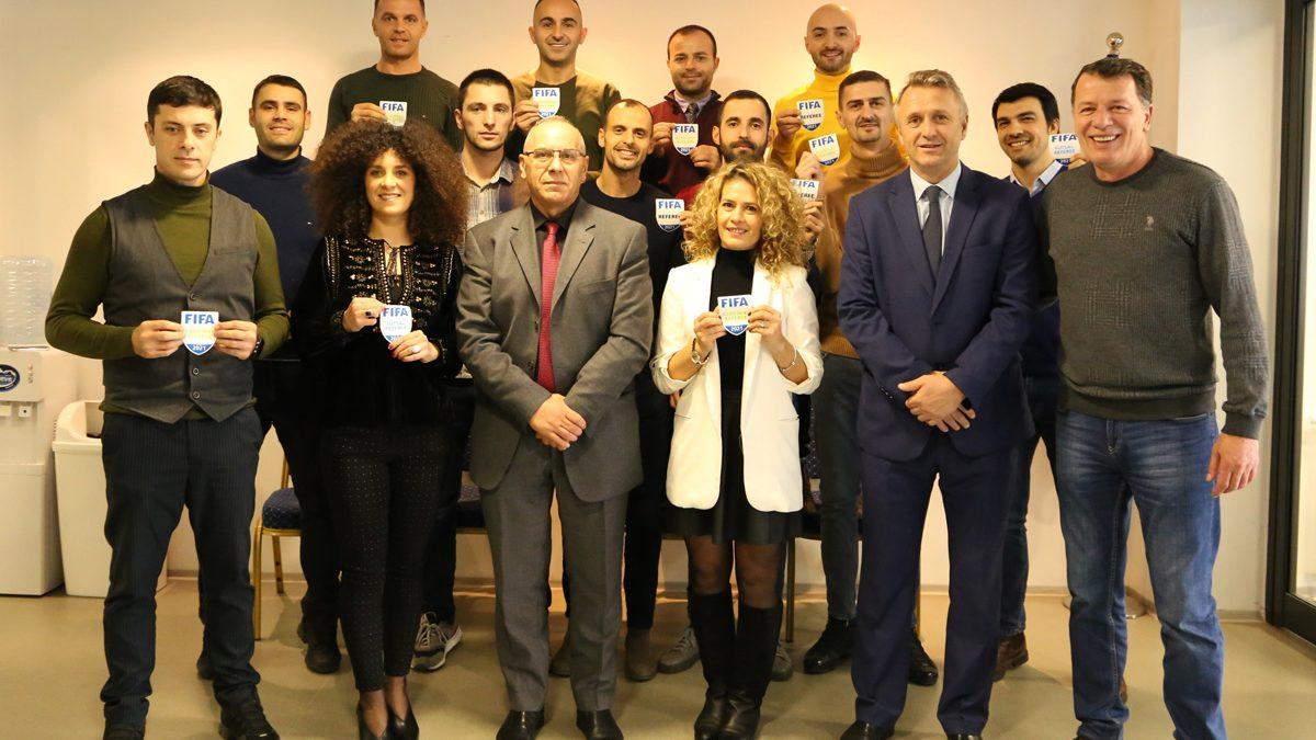 Dorëzohen stemat e FIFA-s për 13 gjyqtarë