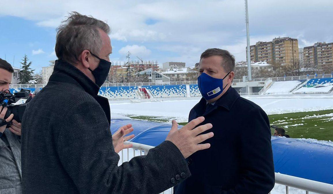 """Shefi i BE-së në Kosovë viziton stadiumin """"Fadil Vokrri"""""""