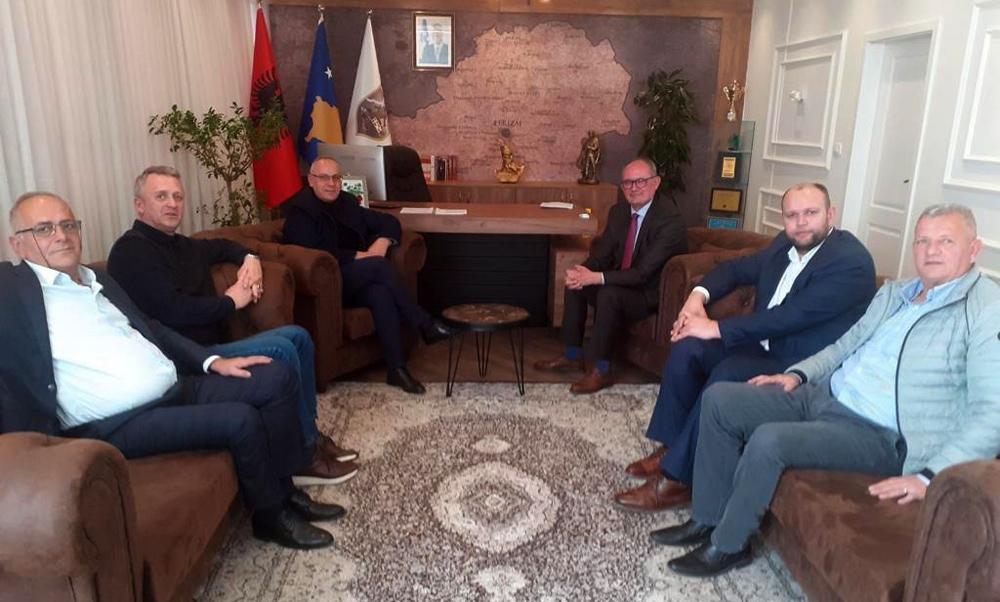 Drejtuesit e FFK-së takuan kryetarin e Komunës së Ferizajt