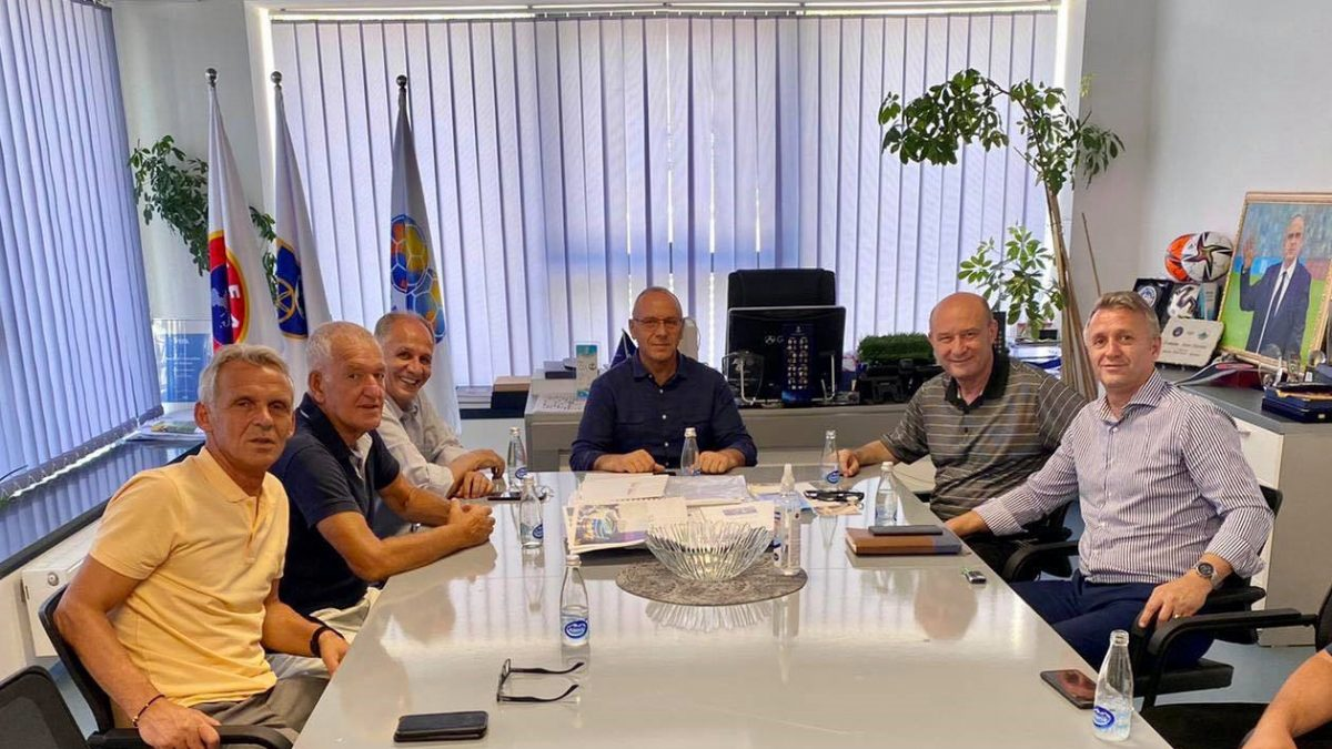 Presidenti Ademi priti ish-futbollistin e Prishtinës, shqiptaro-amerikanin Bruno Ceka