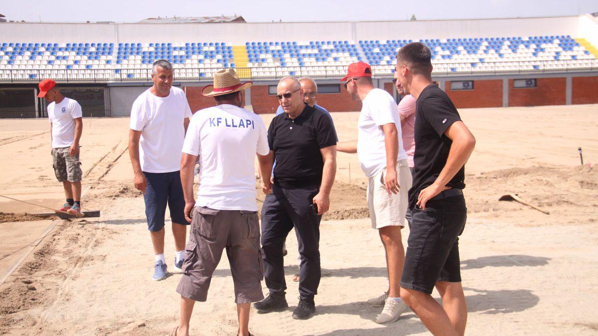 """Presidenti Ademi inspektoi punimet në stadiumin """"Zahir Pajaziti"""""""