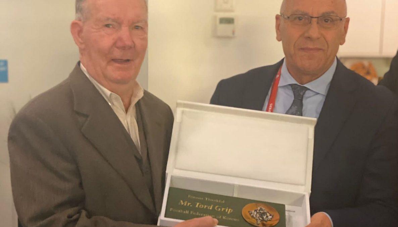 Presidenti Ademi dekoron Tord Grip me medaljen e nderit